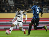 Juventus forward from Colombia Juan Cuadrado (L) fights for the ball with Inter Milan's defender from Brazil Juan Jesus during the Italian Serie A football match Inter Milan vs Juventus on October 18, 2015