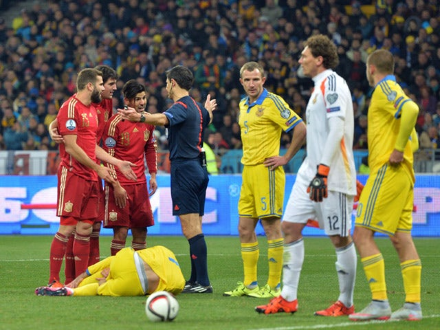 Spain's players argue with the referee during the Euro 2016 qualifying football match between Ukraine and Spain at Olympiysky stadium in Kiev on October 12, 2015