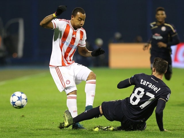 Olympiakos' Colombian forward Felipe Pardo vies with Dinamo Zagreb's French defender Jeremy Taravel (R) during the UEFA Champions League football match between Dinamo Zabreb and Olympiakos at the Stadion Maksimir stadium in Zagreb on October 20, 2015.