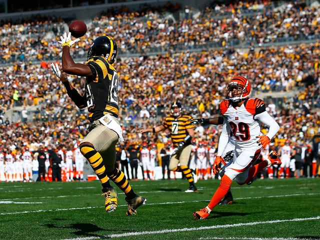 Antonio Brown #84 of the Pittsburgh Steelers catches a touchdown pass in the 1st quarter during a game against the Cincinnati Bengals at Heinz Field on November 1, 2015