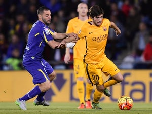 Barcelona's midfielder Sergi Roberto (R) vies with Getafe's Algerian midfielder Medhi Lacen during the Spanish league football match Getafe CF vs FC Barcelona at the Coliseum Alfonso Perez stadium in Getafe on October 31, 2015.