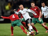 Besiktas' Turkish midfielder Gokhan Tore (C) evades Lokomotiv's Portuguese midfielder Manuel Fernandes (L) and Russian midfielder Aleksandr Kolomeytsev during the UEFA Europa League group H football match between Besiktas Istanbul and Lokomotiv Moscow at