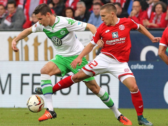 Mainz' Argentinean striker Pablo De Blasis and Wolfsburg's midfielder Julian Draxler (L) vie for the ball during the German first division football Bundesliga match between Mainz and Wolfsburg on November 7, 2015, 2015 in Mainz, southern Germany.