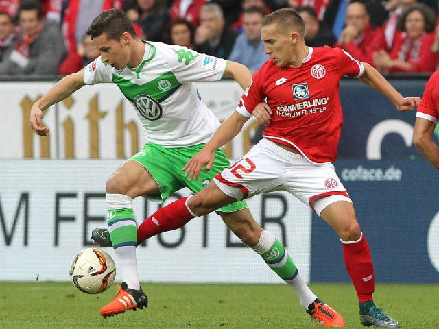 Mainz' Argentinean striker Pablo De Blasis and Wolfsburg's midfielder Julian Draxler (L) vie for the ball during the German first division football Bundesliga match between Mainz and Wolfsburg on November 7, 2015, 2015 in Mainz, southern Germany.