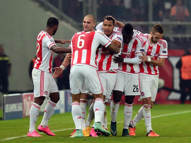 Olympiacos' Colombian forward Felipe Pardo (C) celebrates with teammates after scoring a goal during the UEFA Champions League football match between Olympiacos and Dinamo Zagreb at the Georgios Karaiskakis stadium in Athens on November 4, 2015