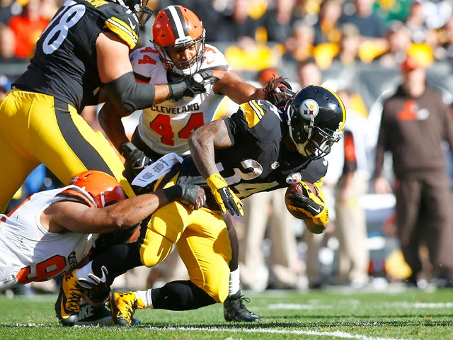 DeAngelo Williams #34 of the Pittsburgh Steelers runs the ball during the 1st quarter of the game against the Cleveland Browns at Heinz Field on November 15, 2015