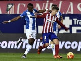 Atletico Madrid's Argentinian forward Luciano Vietto (R) vies with Espanyol's Senegalese midfielder Pape Diop during the Spanish league football match Club Atletico de Madrid vs RCD Espanyol at the Vicente Calderon stadium in Madrid on November 28, 2015.