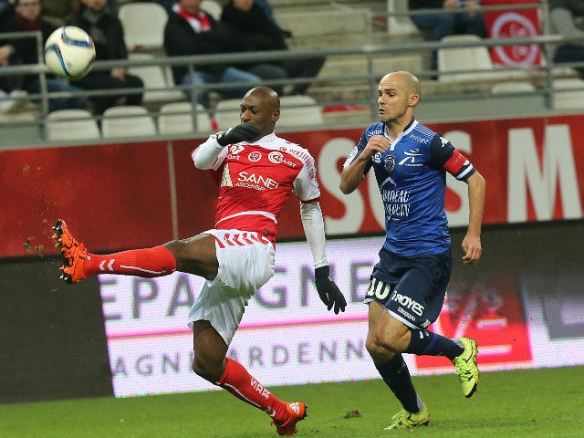 Reims' Malian defender Mohamed Fofana (L) vies with Troyes' French midfielder Benjamin Nivet (R) during the French L1 football match between Reims and Troyes on December 5, 2015 at the Auguste Delaune Stadium in Reims.