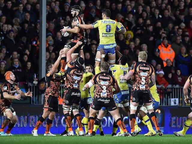 Exeter's Zimbabwean-born flanker Don Armand (L) wins the ball from Clermont's French no 8 Damien Chouly in a line-out during the European Rugby Champions Cup pool rugby union match between Exeter Chiefs and Clermont Auvergne at Sandy Park Stadium in Exete