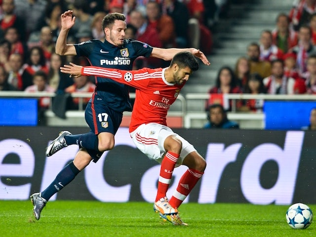 Atletico Madrid's midfielder Saul Niguez (L) vies with Benfica's Argentine  defender Lisandro Lopez (