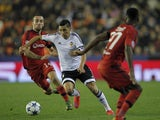 Lyon's Spanish midfielder Sergi Darder (L) vies with Valencia's Argentinian midfielder Enzo Perez (C) during the UEFA Champions League football match Valencia CF vs Olympique Lyonnais at the Mestalla stadium in Valencia on December 9, 2015.
