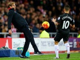Jurgen Klopp passes to Philippe Coutinho during the game between Sunderland and Liverpool on December 30, 2015