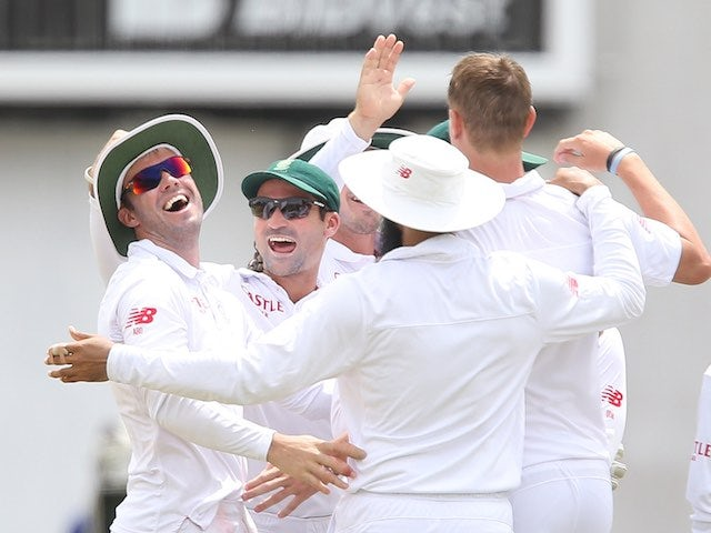 South Africa players celebrate on day five of the second Test between South Africa and England on January 6, 2016
