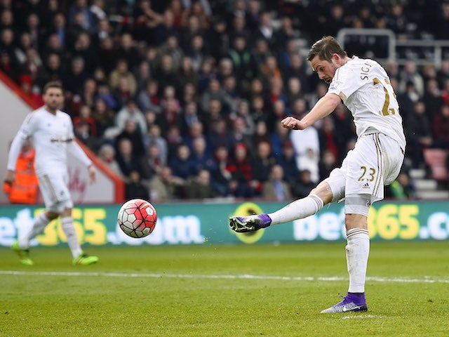 Gylfi Sigurdsson scores the equaliser during the Premier League game between Bournemouth and Swansea City on March 12, 2016