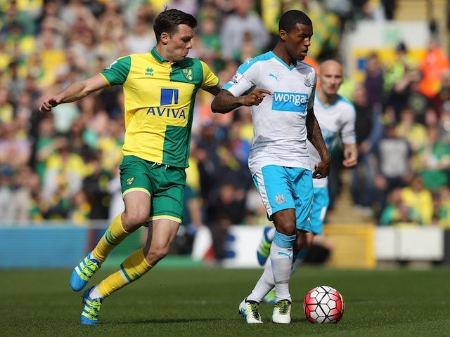 Jonny Howson and Georginio Wijnaldum in action during the Premier League match between Norwich City and Newcastle United on April 2, 2016