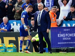 Leicester City manager Claudio Ranieri consoles Jamie Vardy after he was sent off on April 17, 2016