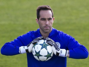 Claudio Bravo injures hip on Chile duty