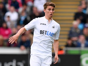 Tom Carroll in action during the Premier League game between Swansea City and Everton on May 6, 2017