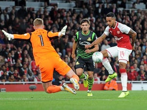 Walcott 'delays Arsenal contract talks'