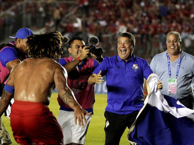 Panama's Roman Torres celebrates with manager Hernan Dario Gomez following their qualification for the 2018 World Cup