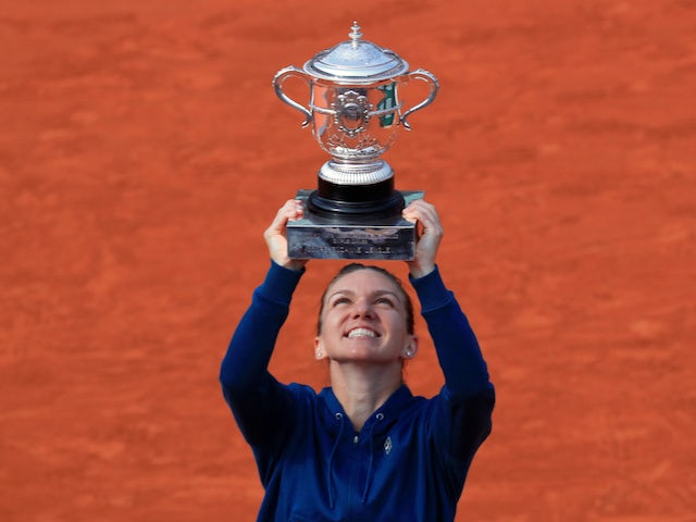 Simona Halep lifts the trophy after winning the French Open on June 9, 2018