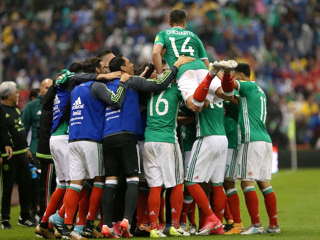 Mexico's players celebrate qualifying for the 2018 World Cup