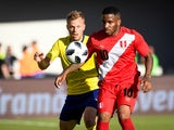Sweden's Sebastian Larsson and Peru's Jefferson Farfan fight for the ball on June 9, 2018