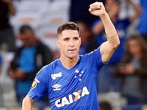Thiago Neves celebrates scoring for Cruzeiro on May 23, 2018