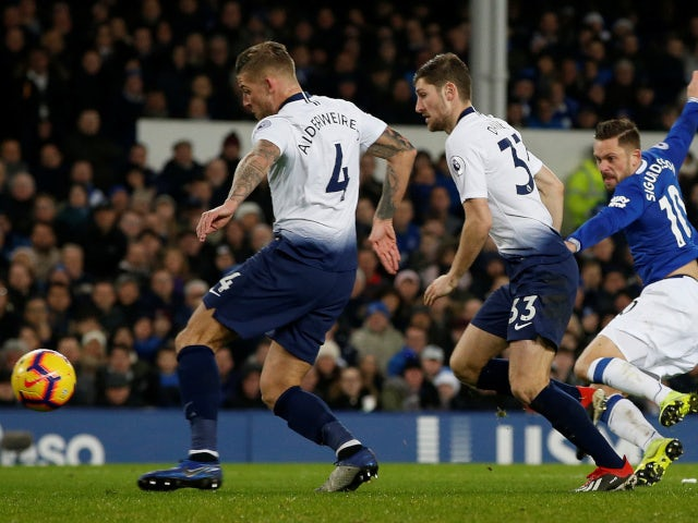 Gylfi Sigurdsson scores for Everton against Tottenham Hotspur in the Premier League on December 23, 2018.