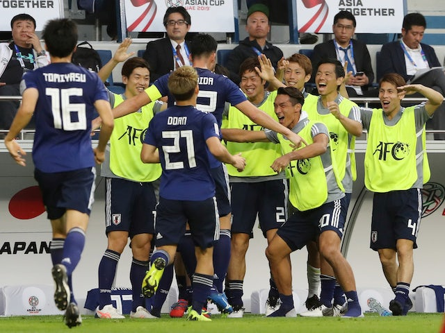 Maya Yoshidaが2019年1月24日、日本チームのメンバーとお祝いします