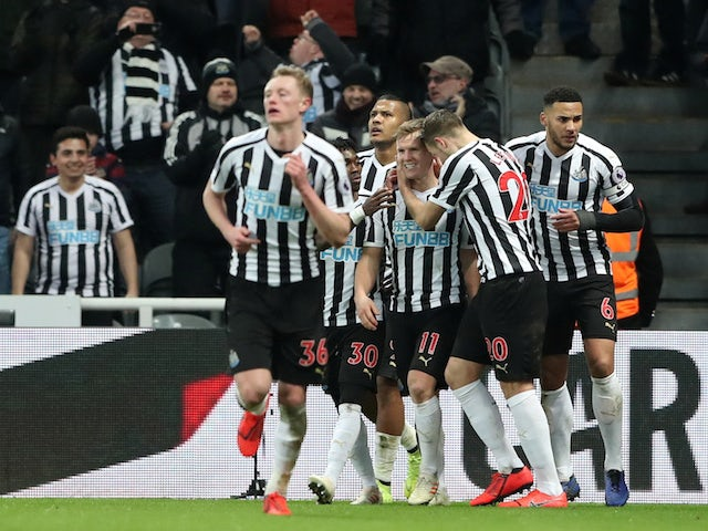 Newcastle United winger Matt Ritchie celebrates with teammates after scoring the winner against Manchester City on January 29, 2019