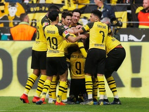 Paco Alcacer celebrates with Borussia Dortmund teammates on March 30, 2019