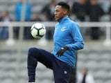 Yerry Mina warms up for Everton on March 9, 2019