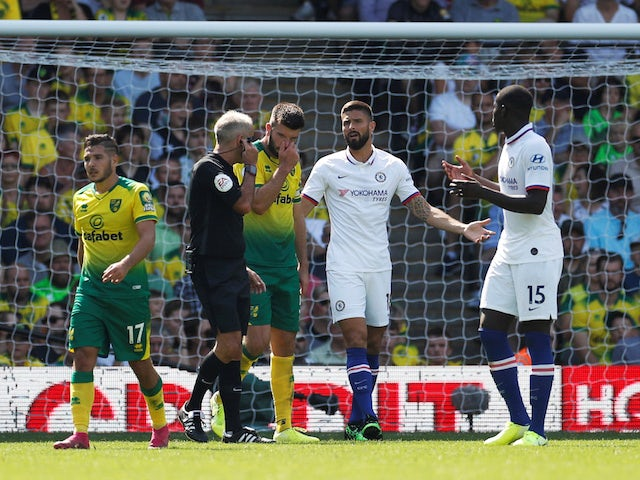 Chelsea's Olivier Giroud speaks with referee Martin Atkinson on August 24, 2019