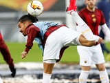 Chris Smalling warms up for Roma on February 27, 2020