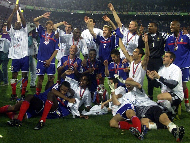France's players celebrate winning the Euro 2000