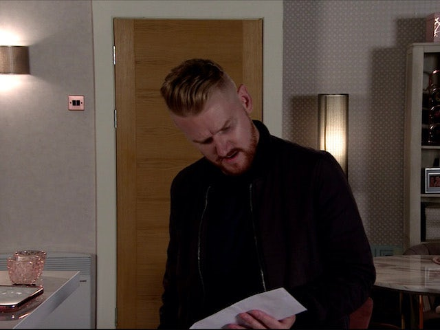 Gary leaves some letters on Coronation Street on August 3, 2020