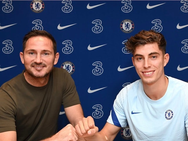 Chelsea manager Frank Lampard poses with new signing Kai Havertz on Spetember 4, 2020