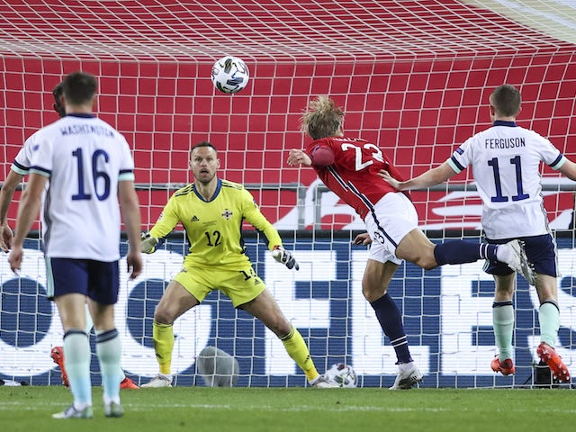 Norges Earling Holland med Nord-Irlands Trevor Carson i UEFA Nations League 14. oktober 2020