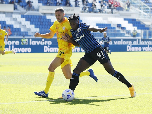 Atalanta's Duvan Zapata in action with Cagliari's Sebastian Walukiewicz in Serie A on October 4, 2020
