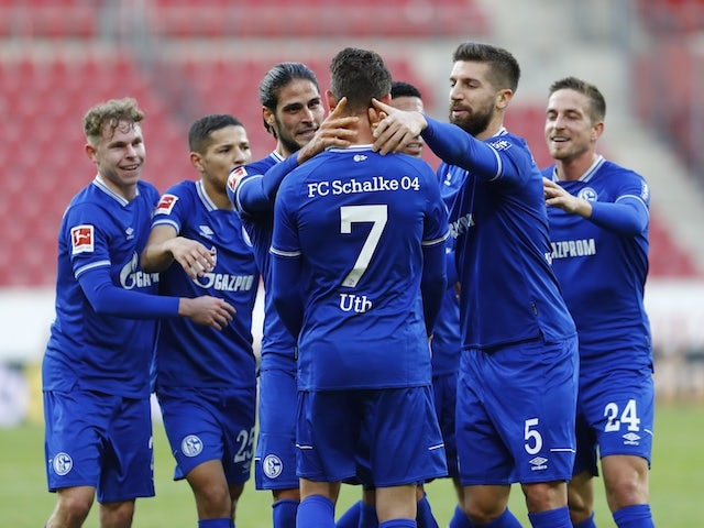 Schalke 04 players celebrate Mark Uth's goal against Mainz on November 7, 2020