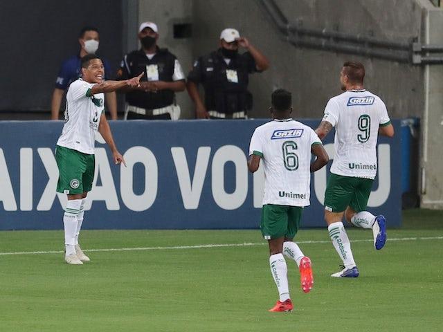 O goiano Vinicius Lopez comemora com os companheiros após gol em outubro de 2020