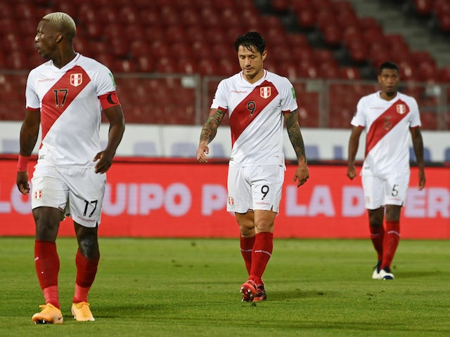 Peru players look dejected after losing to Chile on November 13, 2020