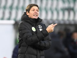 VfL Wolfsburg coach Oliver Glasner reacts on January 16, 2021