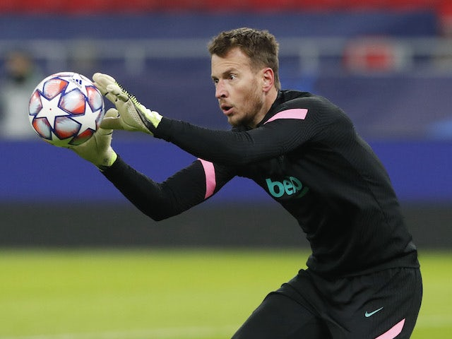 Neto warms up for Barcelona on December 2, 2020