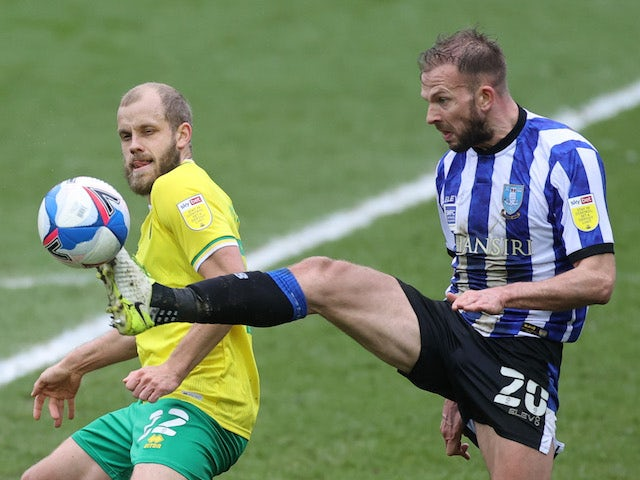 Sheffield Wednesday's Jordan Rhodes in action with Norwich City's Teemu Pukki in the Championship on March 14, 2021