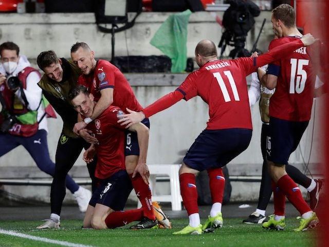 Lukas Provod de la República Checa celebra su primer gol con sus compañeros el 27 de marzo de 2021
