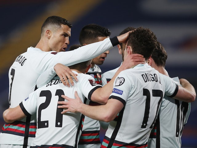 Dio Jota, de Portugal, comemora primeiro gol com jogadores em 21 de março de 2021