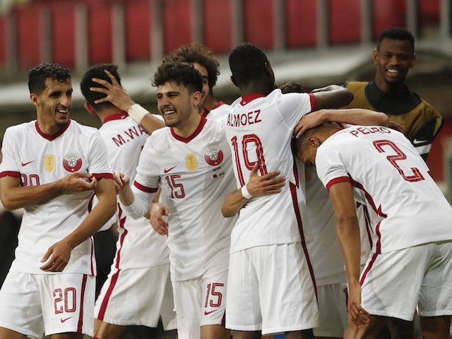 Le Qatari Hassan Al Haydos célèbre son deuxième but avec ses coéquipiers le 27 mars 2021