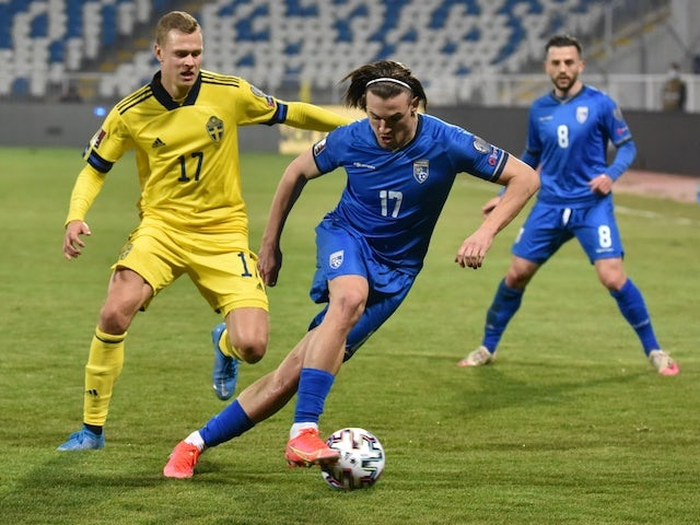 El sueco Victor Clayson se enfrenta al jugador de Kosovo Benjamin Kololi el 28 de marzo de 2021